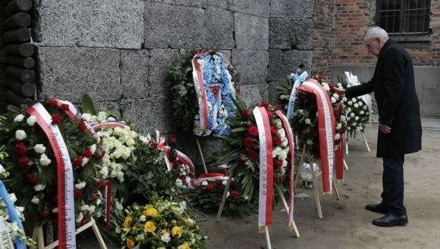 Bundespräsident Alexander Van der Bellen bei der Kranzniederlegung anlässlich des 75. Jahrestags der Befreiung des KZ Auschwitz-Birkenau im Jahr 2020. Hier wurden mehr als eine Million Menschen ermordet. (Bild: Markus Schreiber)
