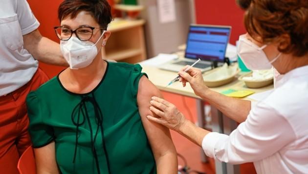 Nach neun bis zwölf Monaten sollte die Corona-Impfung aufgefrischt werden. (Bild: Alexander Schwarzl)