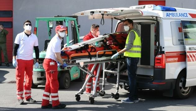 Die angehenden Notärzte trainierten auch die Zusammenarbeit mit dem bodengebundenen Rettungsdienst intensiv. (Bild: Huber Patrick)