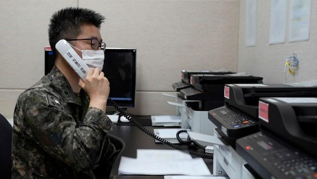 Testanruf: Ein südkoreanischer Soldat telefoniert mit seinem nordkoreanischen Gegenpart. (Bild: AP)