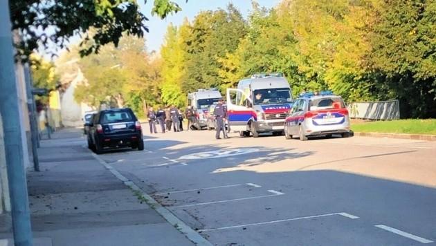 In der Liesingbachstraße Ecke Kreuzgasse wurden 20 Männer aufgegriffen. Kleidung und Schlafsäcke blieben einfach liegen. (Bild: zVg)
