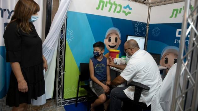 In Israel startete die dritte Teilimpfung als erstes Land der Welt bereits Ende Juli, weil die Effektivität stark nachgelassen hatte. (Bild: AP)
