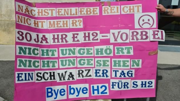 Mit einer Demo am Domplatz wurde gegen das Aus protestiert (Bild: zVg)