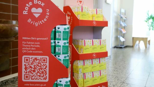 """Die """"Rote Box"""" ist an vier Stellen im Bezirk Brigittenau für Mädchen und Frauen zugänglich - Binden und Tampons können kostenlos entnommen werden. (Bild: PID/VOTAVA)"""