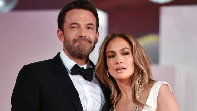 """Zur Premiere des Films """"The Last Duel"""" beim Filmfestival von Venedig begleitete Jennifer Lopez ihren Liebsten Ben Affleck. Doch auf die Präsentation seines neuesten Films """"The Tender Bar"""" pfiff sie. (Bild: APA/AFP/Filippo MONTEFORTE)"""