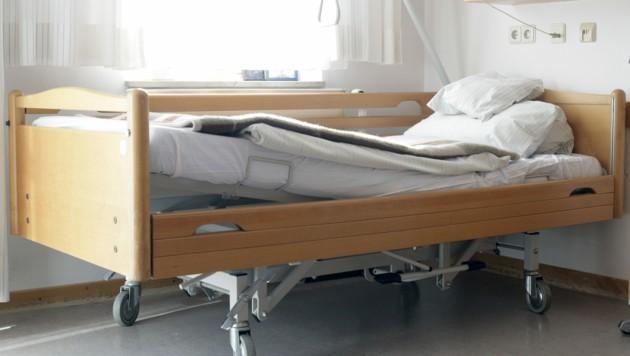 Weil es mancherorts akut an Pflegepersonal fehlt, müssen Heimbetten frei bleiben. (Bild: Peter Atkins - stock.adobe.com)