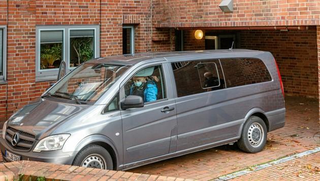 Ein ziviles Polizeifahrzeug bringt die 96 Jahre alte Angeklagte zu einem Haftprüfungstermin. (Bild: APA/dpa/Markus Scholz)