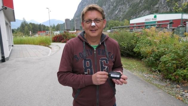 Helmut Senfter entwickelte den kleinen Chip und das dazugehörige Empfangsgerät. (Bild: Martin Oberbichler)