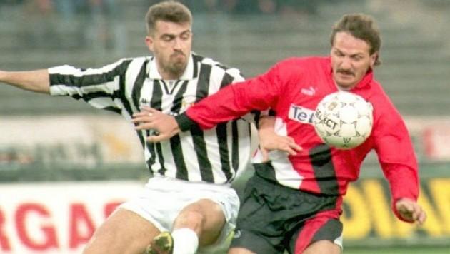Jan Furtok (re.), hier im Dress von Eintracht Frankfurt, im Zweikampf mit Juventus Turins Antonio Conte im Jahr 1995 (Bild: oliver Berg / EPA / picturedesk.com)