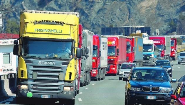 Die Lkw-Lawine am Brenner rollt und sie nimmt Monat für Monat an Fahrt zu – trotz der Tiroler Transitbeschränkungen. (Bild: Christof Birbaumer)