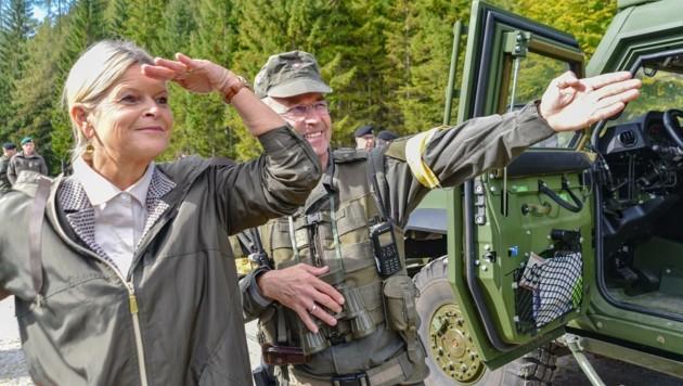 Oberst Franz Kraßnitzer (re.) wies Ministerin Klaudia Tanner gestern ins Zielgebiet ein. (Bild: Hubert Berger)