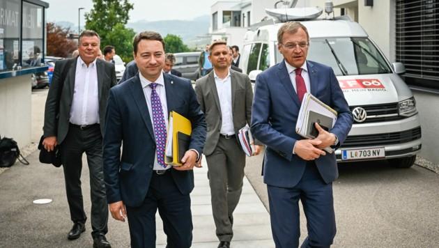 Regierungsverhandlungen: Manfred Haimbuchner (FPÖ), Thomas Stelzer (ÖVP) und ihre Teams (Bild: Alexander Schwarzl)