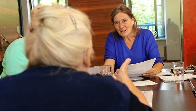 Elke Kahr kennt Irmgard W. (82) seit 15 Jahren: Die ehemalige Schneiderin aus Graz hat Probleme mit den Heizkosten. (Bild: Christian Jauschowetz)