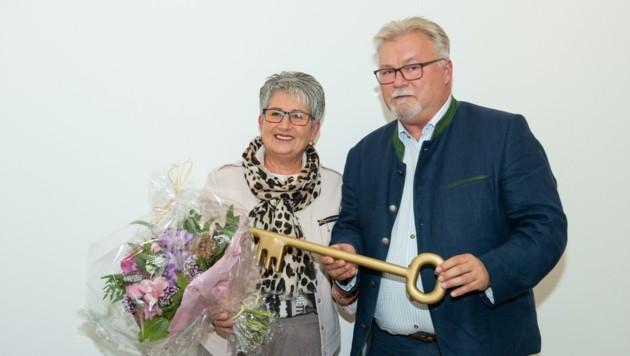 Ulrike Kitzinger ist die erste Bürgermeisterin in Sigleß. Alt-Bürgermeister Kutrovatz übergab ihr symbolisch den Gemeindeschlüssel (Bild: Gemeinde Sigleß)