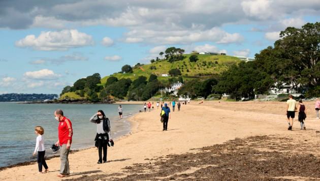 Ein Strandabschnitt in Auckland, Neuseeland, wo die Regierung sich eingestehen musste, dass kein Land der Welt das Coronavirus auf Dauer komplett ausrotten kann (Bild: AP)