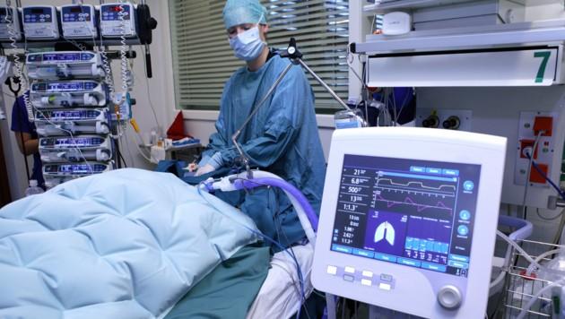 Das Covid-Prognose-Konsortium rechnet mit einem spürbaren Anstieg bei den Corona-Spitalspatienten. (Bild: APA/OÖG)