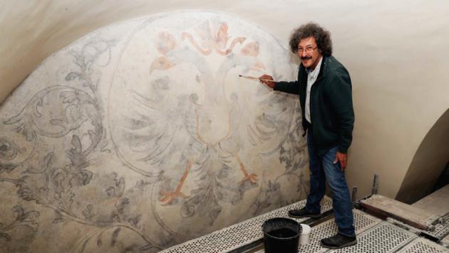 Restaurator Claudio Bizzarri konnte einen bemerkenswert großen Doppeladler auf der Schildwand zum Vorschein bringen. (Bild: Reinhard Judt)