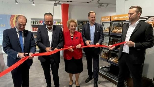 Der erste Sozialmarkt wurde in Oberwart unter anderem von Landesrat Leonhard Schneemann, Landeshauptmann Hans Peter Doskozil und Volkshilfepräsidentin Verena Dunst feierlich eröffnet. (Bild: Schulter Christian)