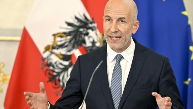 Arbeitsminister Martin Kocher (ÖVP) kann sich eine gewisse Beschränkung des Zuverdiensts für Arbeitslose vorstellen. (Bild: APA/HERBERT NEUBAUER)