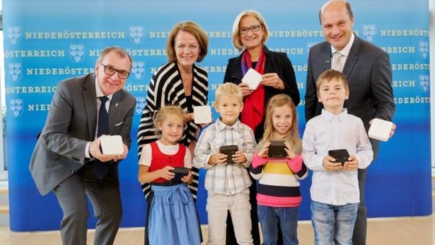 Gemeinsame Aktion: Dworak, Teschl-Hofmeister, Mikl-Leitner und Pressl mit Schulkindern und CO2-Messgeräten. (Bild: NLK Pfeiffer)