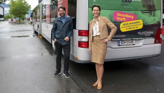 Landesrätin Martina Rüscher vor dem Impfbus, der nun in Winterpause gehen wird. (Bild: Daniel Furxer)