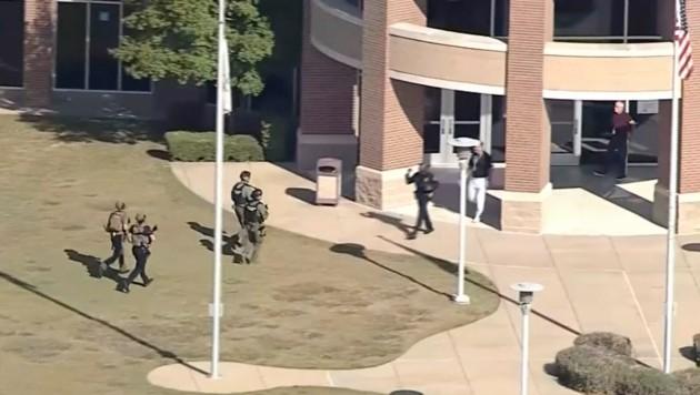 Der Schütze wurde bereits von den Sicherheitskräften gefasst. (Bild: AP/WFAA-TV)