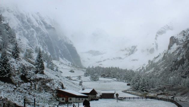 Geschneit hat es auch beim Lucknerhaus, der Blick zum Großglockner ist winterlich. (Bild: Fotowebcam)
