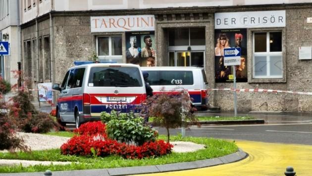 Die Polizei hat rund um die Bawag-Filie am Max-Ott-Platz einen Großeinsatz gestartet (Bild: Markus Tschepp)