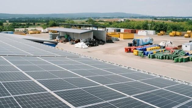 Die Dächer der Abfallfirma Jüly wurden mit großflächigen Fotovoltaik-Paneelen aufgewertet. (Bild: Tony Gigov)