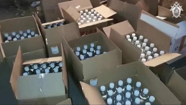 Ermittler veröffentlichten Videomaterial von den Flaschen mit dem gepanschten Alkohol - diese wurden in einem Lager aus dem Verkehr gezogen. (Bild: AFP)
