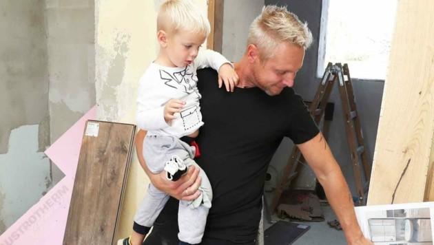 Der kleine Christian ist oft mit seinem Papa auf der Baustelle. In der Wohnung sind die beiden nur ungern. Dort ist die Trauer unerträglich. (Bild: Judt Reinhard)