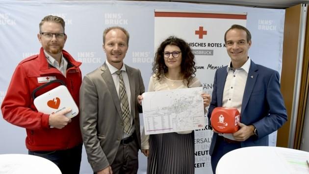 """Matthias Stark (Rotes Kreuz), Innsbrucks Vize Johannes Anzengruber, Laura-Lisa Mölk (MPreis) und Michael Zentner (Uniqa) setzen sich gemeinsam für eine """"herzsichere"""" Stadt ein. (Bild: Andreas Fischer)"""