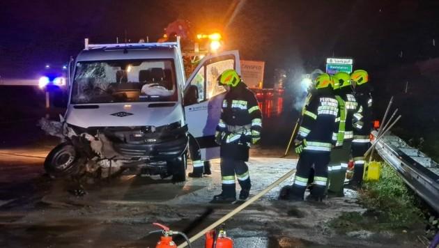 Der Pritschenwagen donnerte auf der Südautobahn gegen die Leitschiene. (Bild: zVg. FF Wernberg )