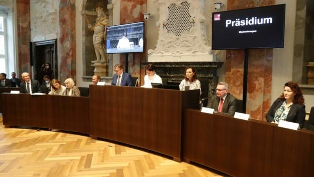 Die Regierungsbank mit Prädidentin Ledl-Rossmann (Mitte): Anträge werden genau geprüft (Bild: Birbaumer Christof)
