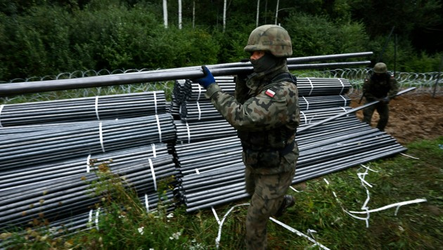 Polnische Soldaten bei der Errichtung von Barrieren an der Grenze zu Weißrussland (Bild: APA/AFP/Jaap Arriens)