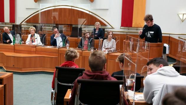 Landtagspräsidentin Verena Dunst und Abgeordnete im Gespräch mit den Schülern. In den kommenden drei Jahren werden weitere Schulen ins Landhaus eingeladen. (Bild: LMS)