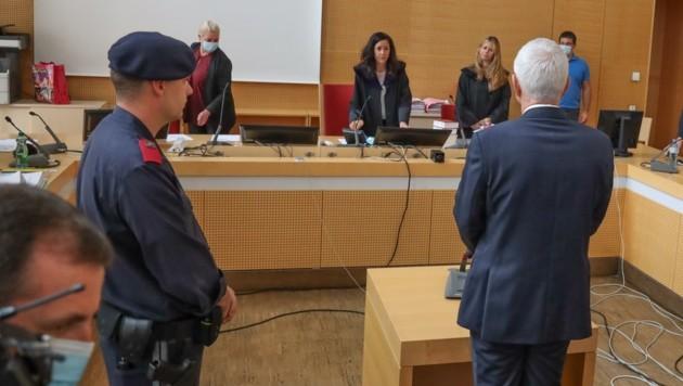 Der Mediziner am ersten Verhandlungstag in Wels: Er soll in eine Anstalt eingeliefert werden. (Bild: Matthias Lauber)