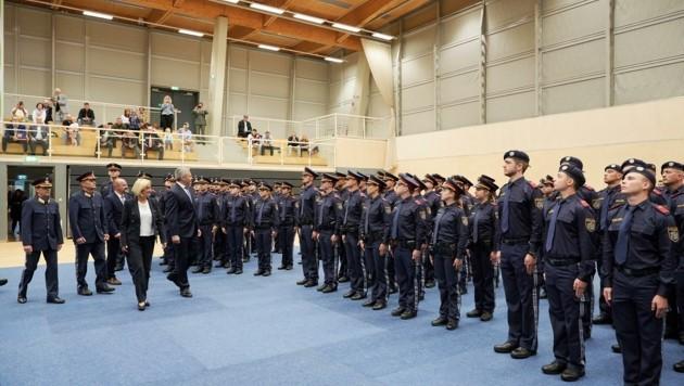 Mit Innenminister Nehammer schritt Landeshauptfrau Mikl-Leitner die Reihen der neuen Polizistinnen und Polizisten ab. (Bild: NLK Pfeiffer)