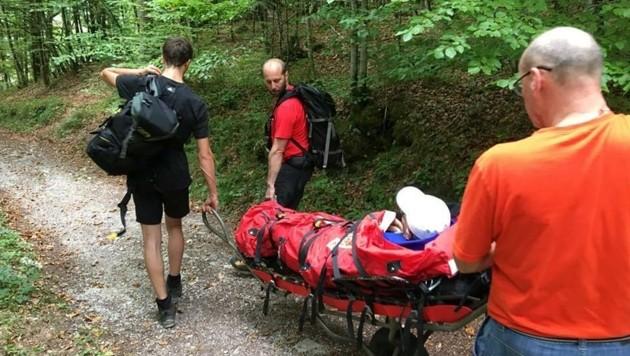 Dieser entkräftete Bergsteiger wird von den freiwilligen Helfern auf einer Trage ins Tal gebracht. (Bild: Bergrettung Bad Goisern)