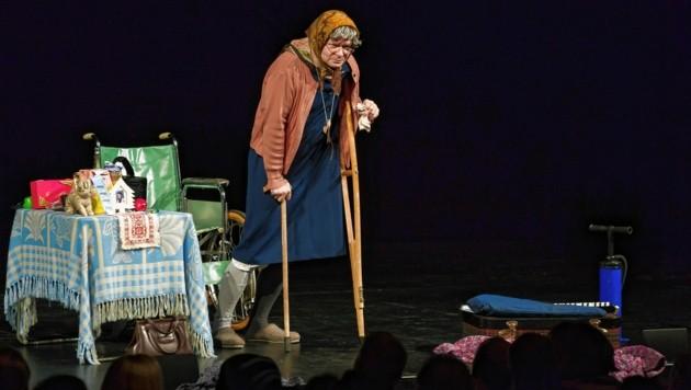 Kabarettist Markus Hirtler steht seit Jahren als Ermi-Oma auf der Bühne. Er kennt die Pflege-Branche von innen. (Bild: Stefan Warmuth)