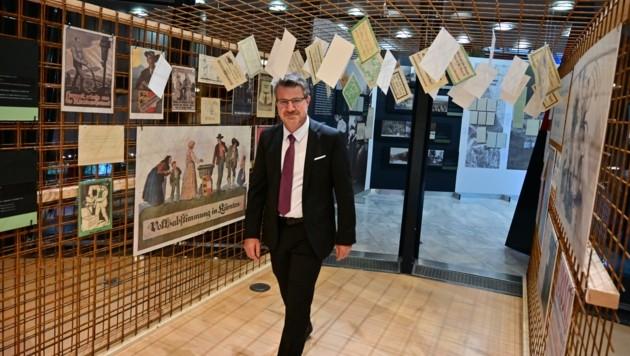 Landesarchiv-Direktor Thomas Zellot umgeben von Propagandamaterial beider Seiten (Bild: Hronek Eveline)