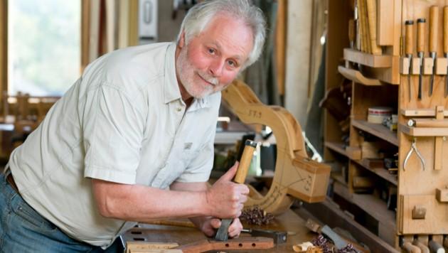Norbert Hammerer orientiert sich beim Gitarrenbau an den Gesetzmäßigkeiten der Kinesiologie. (Bild: Mathis Fotografie)