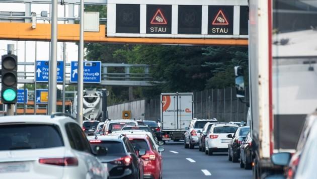 Stau mal wieder: eine zermürbende Situation, die Linz-Pendlern leider nur allzu vertraut ist (Bild: Wolfgang Spitzbart)