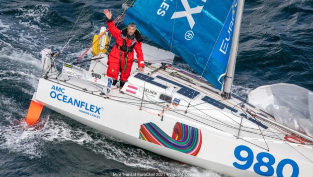 """In seinem nur 6,5 Meter langen Boot namens """"All Hands on Deck"""" holte sich Christian Kargl mit seiner mutigen Entscheidung, einem Sturm zu trotzen, den zweiten Platz. (Bild: Mini-Transat Euro-Chef/Vincent Olivaud)"""