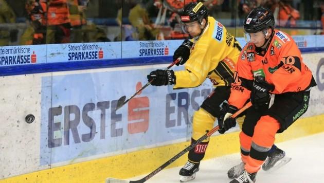 Nach Schock-Diagnose! Graz-Eishockeyspieler Zintis Zusevics (re.) steht für die 99ers wieder am Eis. (Bild: GEPA pictures/ Mario Buehner)