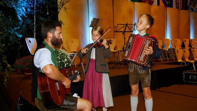Rosa und Andreas Eßl mit Papa Andy. Sie musizieren seit der Coronapandemie zusammen (Bild: Gerhard Schiel)