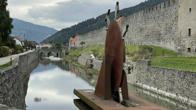 Der wasserführende Stadtgraben, im Vordergrund das Rad der Fortuna, soll saniert werden (Bild: Hronek Eveline)
