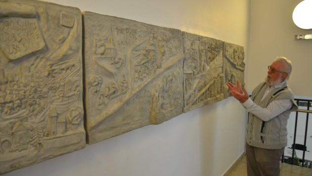 Pepi Sonnwebers Stolz hängt an der Wand der Volksschule – die betonierte Geschichte des Heimatdorfes. (Bild: Daum Hubert)
