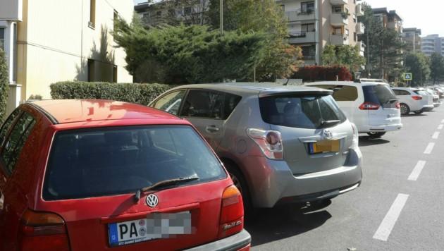 Auch einige Autos aus dem Ausland findet man parkend im Innsbrucker Olympischen Dorf. (Bild: Christof Birbaumer)