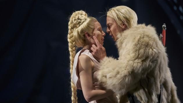 Theresa Palfi als Kriemhild mit Christian Clauß als Siegfried (Bild: Herwig PRAMMER)
